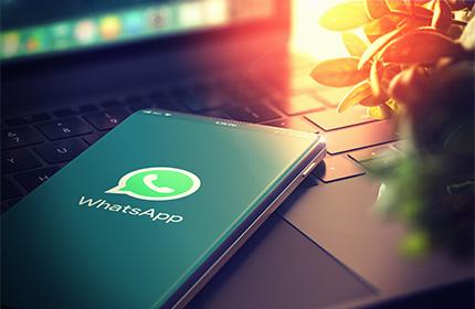 Smartphone auf Laptop mit Whatsapp